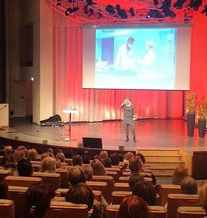 Bea Uusma håller en föreläsning kring André Expeditionen