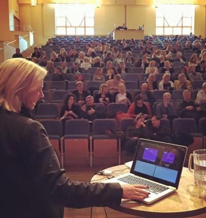 Karin Klerfelt håller en förelsning om att bli stjärna