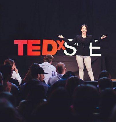 Boka en föreläsning med Felicia Margineanu om stereotyper, entreprenörskap, normer och ungdomar.