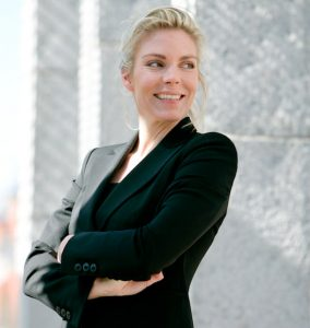 Boka en föreläsning om konsten att fokusera med officer och världsmästare i skytte Christina Bengtsson.